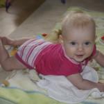 Piąty (5) miesiąc życia dziecka – mały akrobata ze stopami w buzi