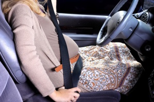 pregnant-woman-in-car
