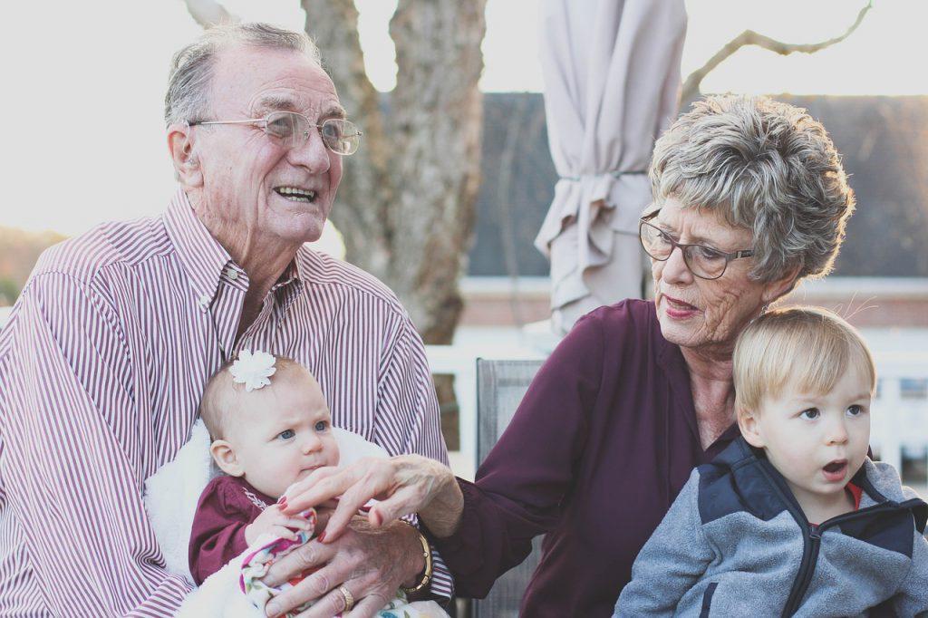 dziadkowie z wnukami