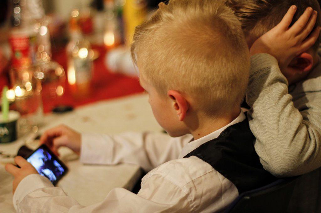 w jakim wieku kupic dziecku telefon