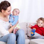 Zabawy angażujące niemowlaka i przedszkolaka. Co zrobić, by bawić się z dziećmi w różnym wieku naraz?