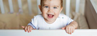 Dziecko chodzi bokiem – jak dziecko uczy się chodzić?