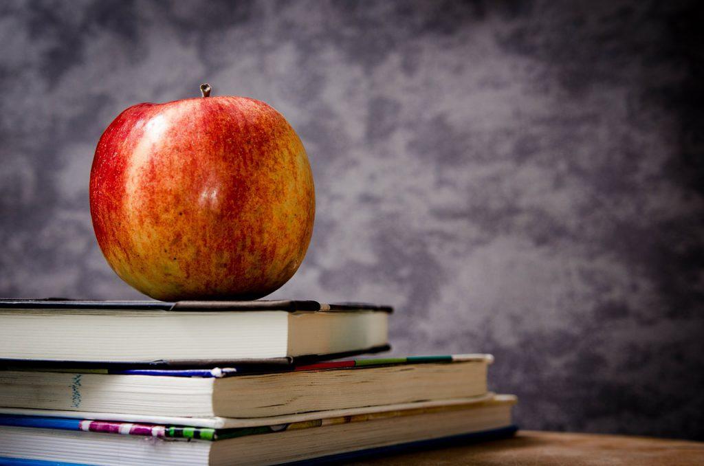 włóż jabłko do plecaka