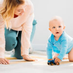 Kiedy dziecko zaczyna raczkować?