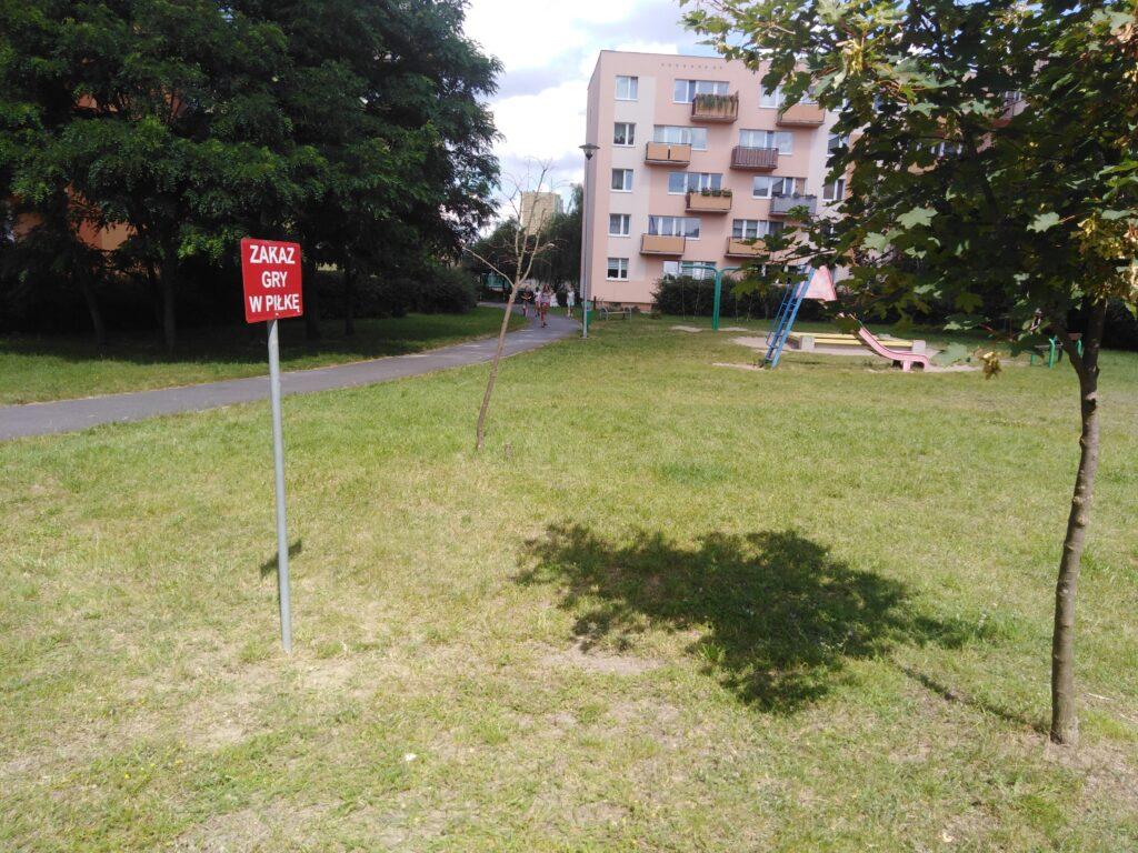 zakaz gry w piłkę pod blokiem