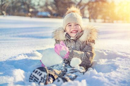 Dlaczego warto bawić się na śniegu? Propozycje zabaw