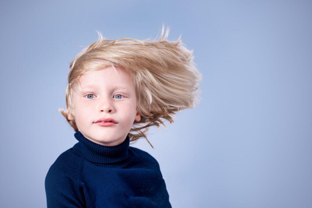 chłopiec długie włosy